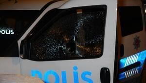 Kısıtlamayı ihlal cezası yazan polislere taşla saldırdılar
