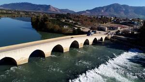 Adana'daki 1700 yıllık tarihi Misis Köprüsüne yazılan yazılar tepki çekti