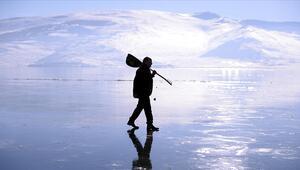 Ardahanlı ozandan buzla kaplı Çıldır Gölü üzerinde mini konser