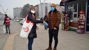 Muşta, Kızılaydan vatandaşlara hediye paketi