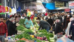 Çanakkalede pazar yerlerinde sosyal mesafe unutuldu