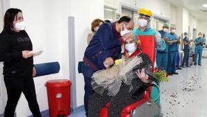 Yoğun bakımdan çıkan koronavirüs hastası eşinin geçtiği koridora gül yaprakları döktü