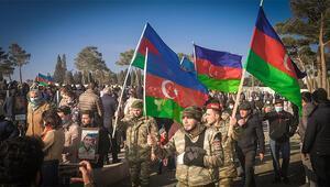 Azerbaycanda halk yeni yılın ilk gününde şehitlikleri ziyaret etmeye gitti