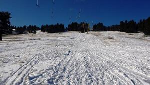 Uludağa beklenen kar yağdı, kısıtlama nedeniyle pistler boş kaldı
