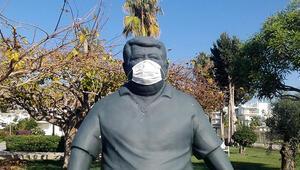 Eski Cumhurbaşkanı Özalın heykeline maske takıldı
