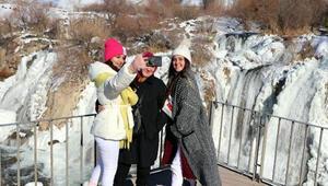 Muradiye Şelalesi dondu, fotoğraf için akın ettiler