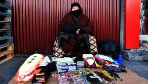 Şiddet gördüğü eşinden ayrılan kadın, 3 çocuğunu çorap satarak büyütüyor