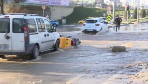 Bağcılarda su borusu patladı... Sele kapılan motosikletli böyle düştü