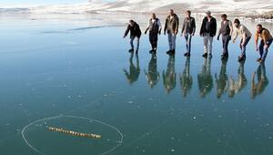 Yüzeyi buz tutan Çıldır Gölünde aşık oynadılar
