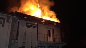 Düzcede 2 katlı ev alev alev yandı