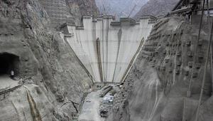 Yusufeli Barajında 300 tonluk jeneratör rotoru yerine indirildi