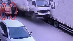 Kamyonet, eşya indirilen kamyonete çarptı