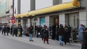 Gaziantep'te çarşılar ve PTT önlerinde yoğunluk