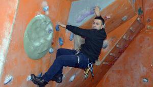 İmam, cami minaresini boyayabilmek için dağcılık eğitimi aldı