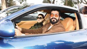 Fahriye Evcen ve Burak Özçivit yeni otomobilleriyle