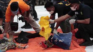 Endonezya uçağının parçaları toplanıyor
