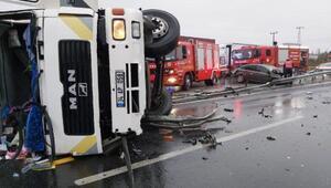 TIR otomobile çarptı: 3 yaralı