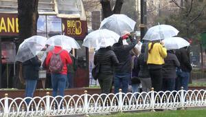 Turistler yağmura rağmen Sultanahmet Meydanının keyfini çıkardı