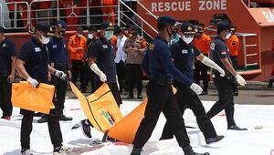 Endonezyada düşen uçağın arama kurtarma ve enkaz kaldırma çalışmaları devam ediyor