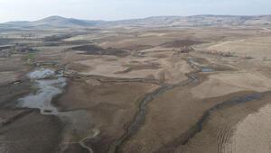 Korkutan görüntü...İbrahim köyü göleti kuraklık nedeniyle kıyıdan yaklaşık 100 metre çekildi