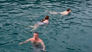 Rus turistlerin Demrede deniz keyfi