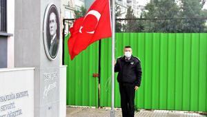 İzmirde okul bahçesinde bayrak töreni