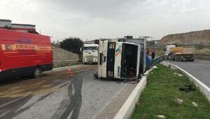 Hurda yüklü kamyon devrildi; yola mazot yayıldı