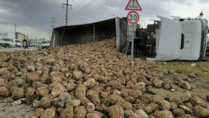 TIR ile otomobil çarpıştı, 30 ton pancar yola saçıldı