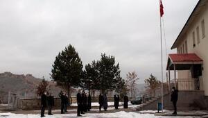 Bakan Selçuk bu fotoğrafla paylaştı: Öğrencisiz bayrak töreni olmuyor