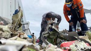 Endonezyada düşen yolcu uçağına ait parçaların incelenmesi sürüyor