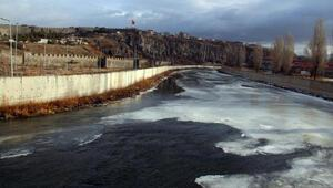 Kura Nehrinin buzu, sıcak havayla çözülmeye başladı