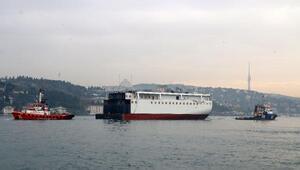 Dev yolcu gemisinin yarı gövdesi İstanbul Boğazından 3 saatte böyle geçti