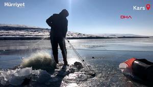Buz tutan Çıldır Gölünde ailece Eskimo usulü balık avı