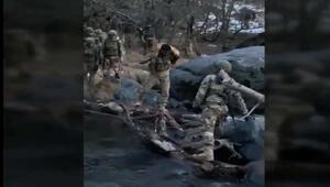 Mehmetçik, nehirden karşıya geçerken köpeğini omzunda taşıdı