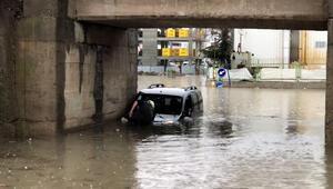 Edirnede yarıya kadar suya gömülen aracın camından çıkan sürücünün aracını itfaiye kurtardı