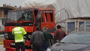 Odun yüklü kamyon TIRa çarptı