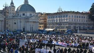 İtalyada turizm sektörü çalışanları meydana indi