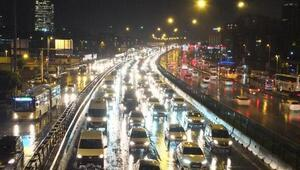 İstanbulda yağmur trafiği kilitledi