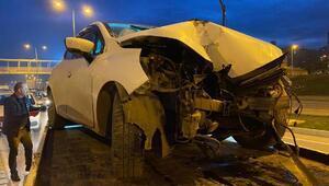 Kontrolden çıkan otomobil aydınlatma direğine çarptı: 3 yaralı