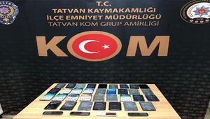 Bitliste, 4 kişinin iş yerlerinde 38 kaçak cep telefonu bulundu