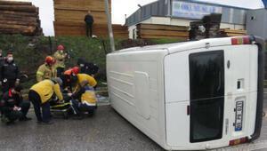 Ataşehirde devrilen minibüsteki sürücüyü itfaiye kurtardı