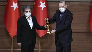 Ahmet Hakana Medya Oscarı... Ödülünü Cumhurbaşkanı Erdoğanın elinden aldı