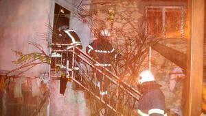 Manisada çıkan yangında 3 ev küle döndü