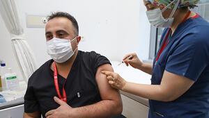 Ankarada sağlık çalışanlarına ilk koronavirüs aşısı uygulandı