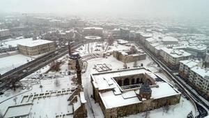 Sivasta kar sevinci; kent bembeyaz oldu