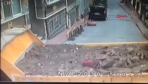 Beyoğlunda kamyon binaya girdi; anne ve çocuğu ölümden döndü