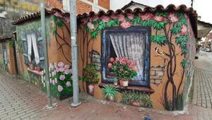 Eski evi resimlerle renklendirdi