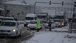 Kulada aniden bastıran kar yağışı trafikte aksamalara neden oldu
