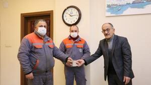 Belediye Başkanından buldukları parayı sahibine teslim eden temizlik işçilerine ödül