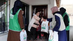 İHH, Ercişte ihtiyaç sahibi 400 yetim çocuğu giydirdi